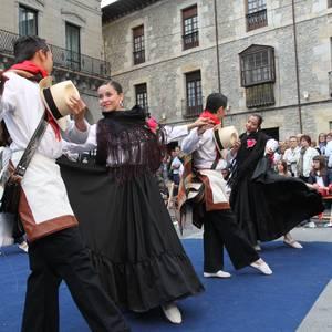 Bergarako folklore jaiak: Kolonbiarren dantza ikuskizuna