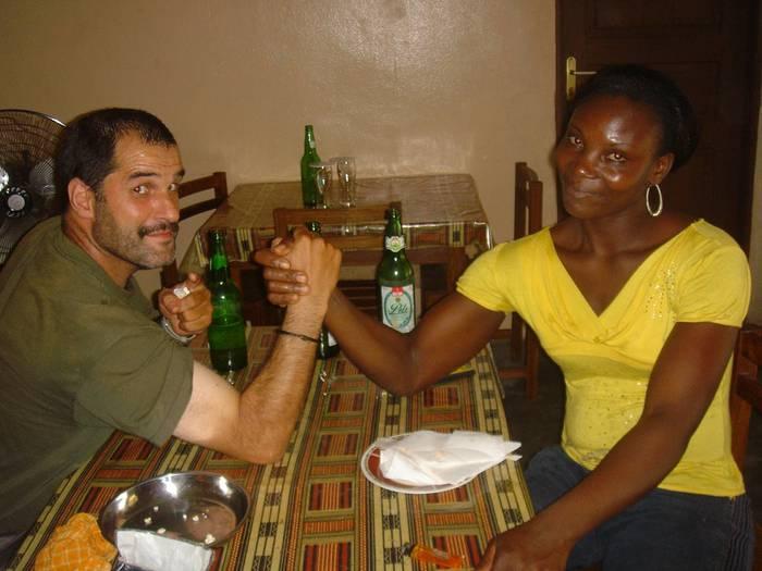 Bixente Askasibar elgetarra Kamerungo hiriburura, Yaundera, iritsi da