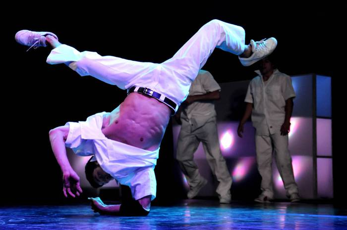 Breakdance-a eta multimedia uztartzen dituen ikuskizuna Arrasaten, domekan