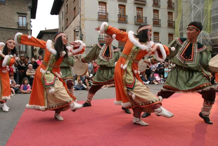 Buriatiako folkloreak kolorez jantzi zuen San Martin plaza