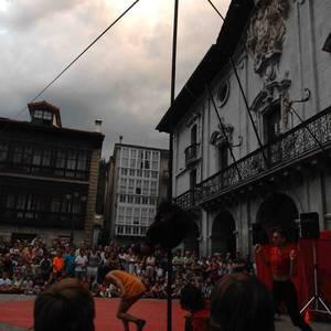Circo Alborotoren ikuskizuna Arrasaten