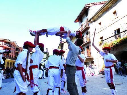 Dantzari txikien erakustaldi handia
