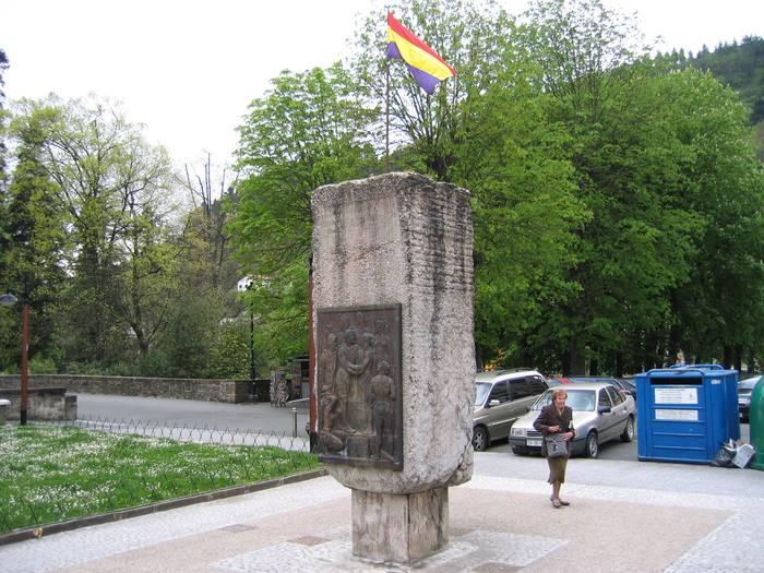 Errepublika eguna gogorarazteko bandera jarri dute hainbat tokitan