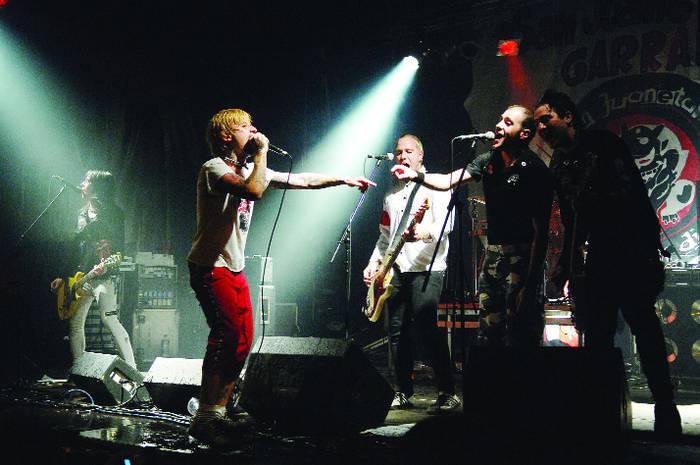 Euri zaparradek ezin izan zituzten punk doinuak mendean hartu
