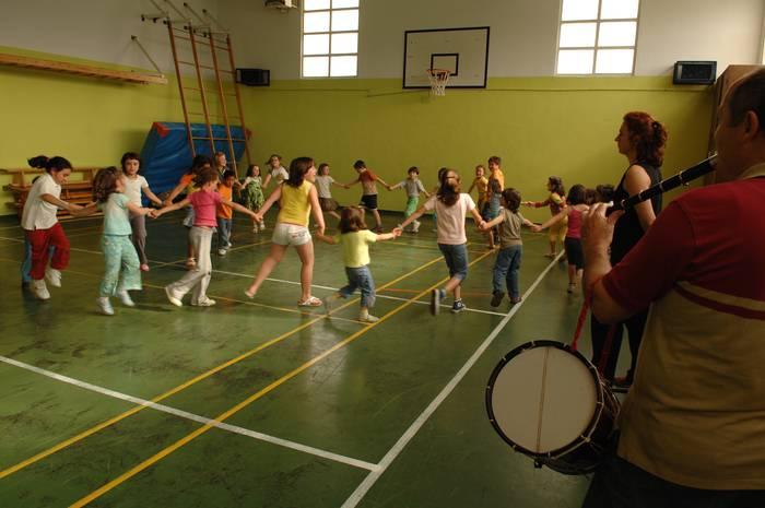 Euskal Herriko dantzen ikastaroa antolatu dute umeendako