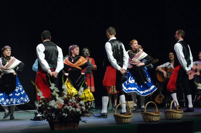 Extremadurako folklorea bizi-bizian Amaia antzokian