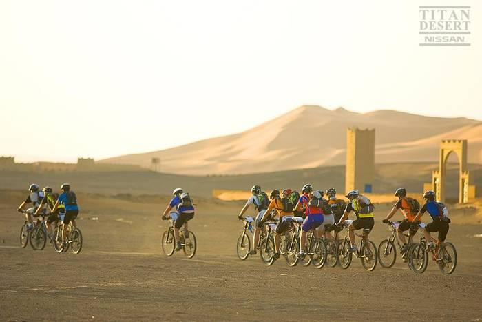Garikoitz Arregi Titan Desert mendiko bizikleta proban esku hartzen dabil, Saharan