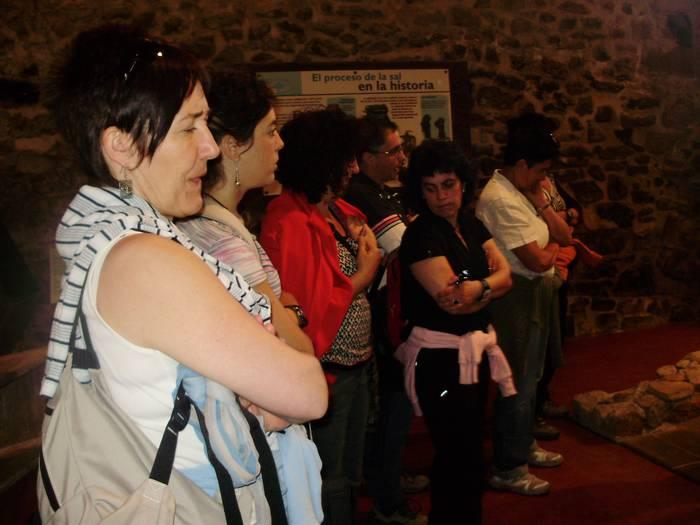 Gatz museoa ezagutu dute Berbalagun egitasmokoek
