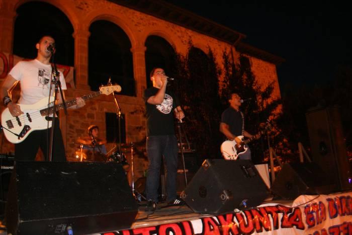 Zuzeneko musika izango da protagonista gaur, Udaeroko festan
