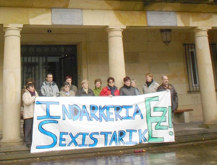 Genero indarkeriaren aurka kontzentrazioa egin dute herriko plazan