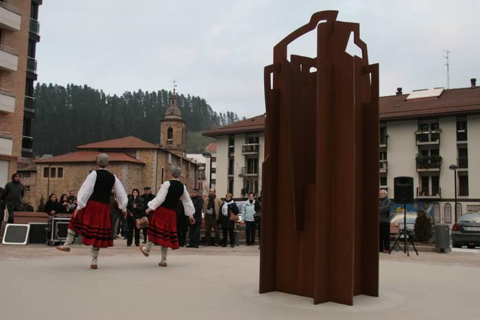 Giza eskubideen eskultura inauguratu dute Aretxabaletan