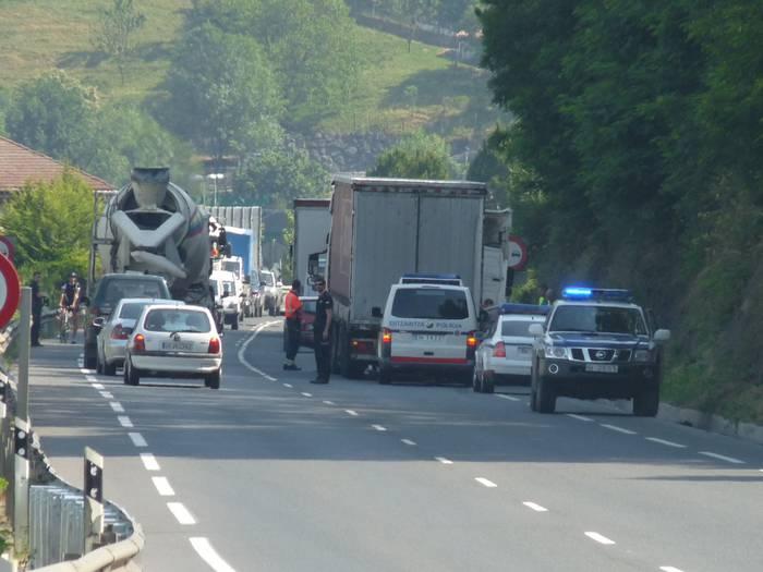 Zauritu bat Arrasateko saihesbidean kamioi baten eta auto baten arteko istripuan
