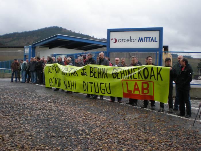 LABek deituta protesta egin dute Arcelor lantegiaren aurrealdean