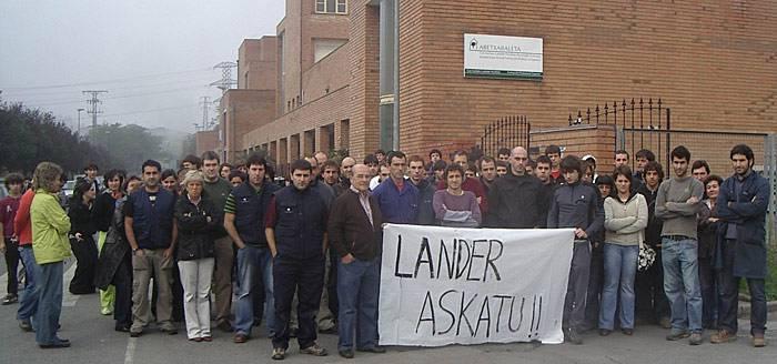 Lander Labajo askatzea exijitzeko elkarretaratzea egin dute institutu aurrean