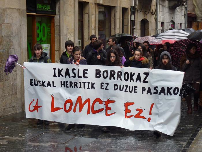 LOMCE legearen aurka manifestazioa egin dute