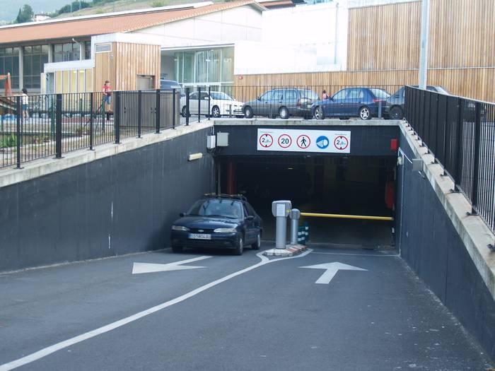 Lurrazpiko parkingetako plazak alokairuan emango ditu Udalak