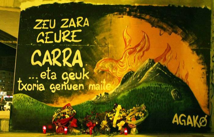 Herriko hainbat taldek lore-eskaintza egin dute Joseba Iglesiasen omenezko muralean