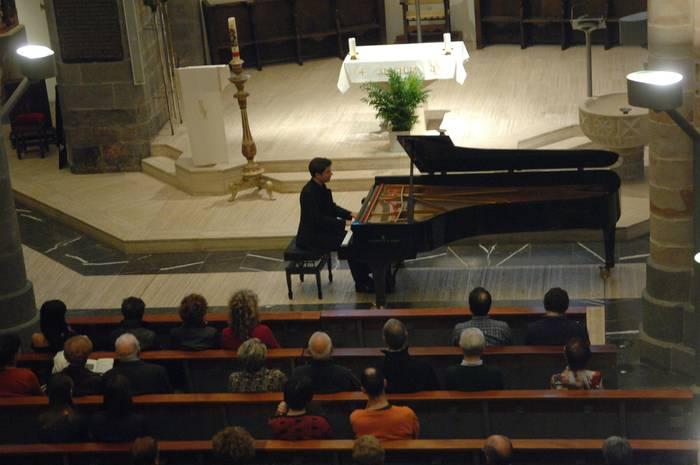 Musikaz poesia egiten duen piano jotzailea