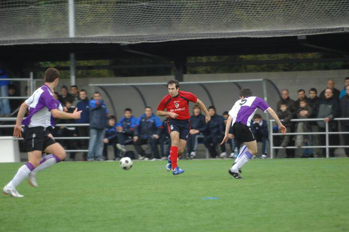 Oñatiarrak nagusi (3-2) gol eta txartel festa izan den derbian