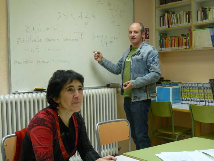 Seme-alabei euskaraz matematiketan laguntzeko ikastaroa antolatu du HHZak