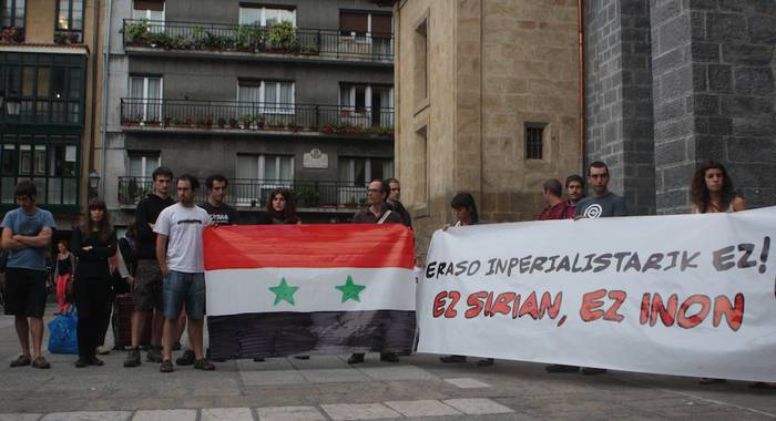 'Eraso inperialistarik ez! Ez Sirian, ez inon' lelopean, elkarretaratzea egin dute Arrasaten