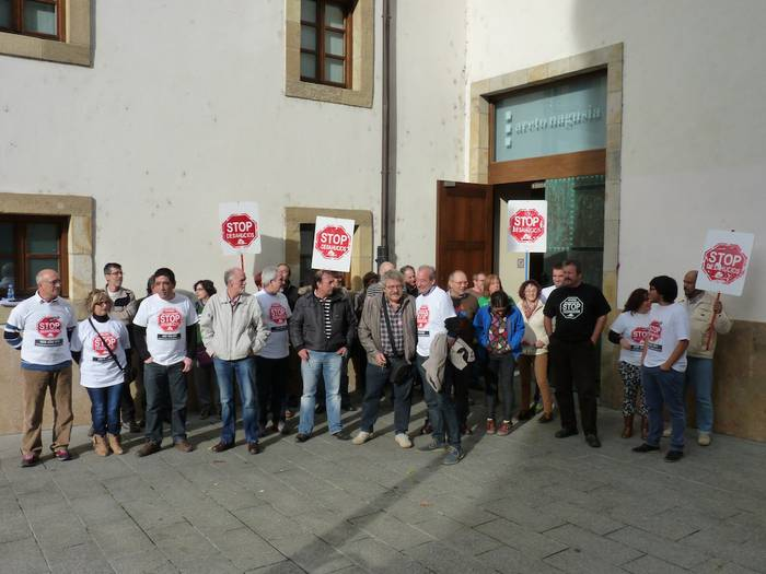 Borrokatzen jarraitzeko dei egin du Euskadiko Stop Kaleratzeak plataformak Arrasaten