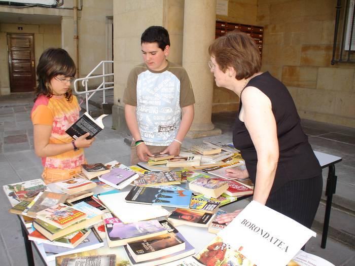 Udal liburutegiak 800 liburu eman ditu opari